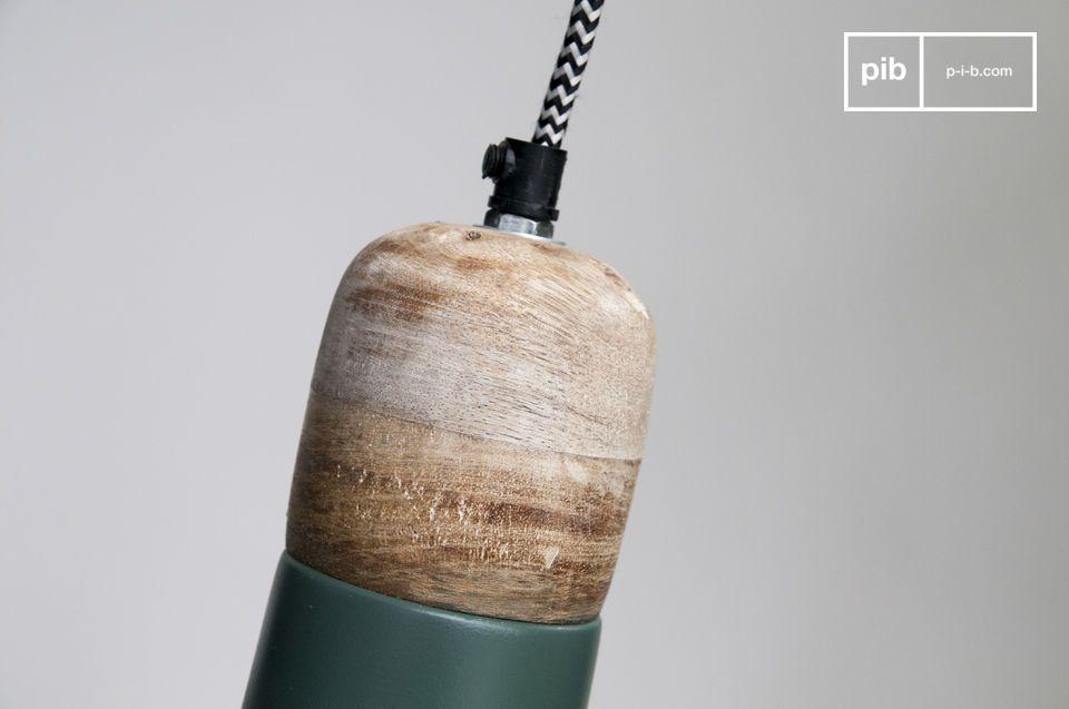 La lámpara colgante Farnetta es una pequeña luz con base de madera y una pantalla de metal