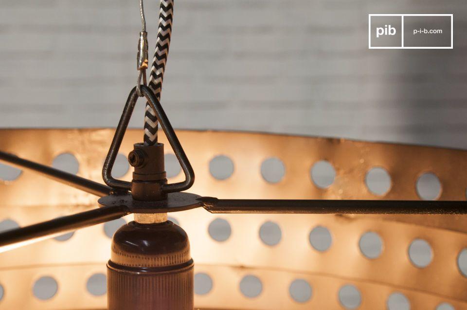 Hecha completamente de metal, esta lámpara colgante viene en un color negro mate precioso