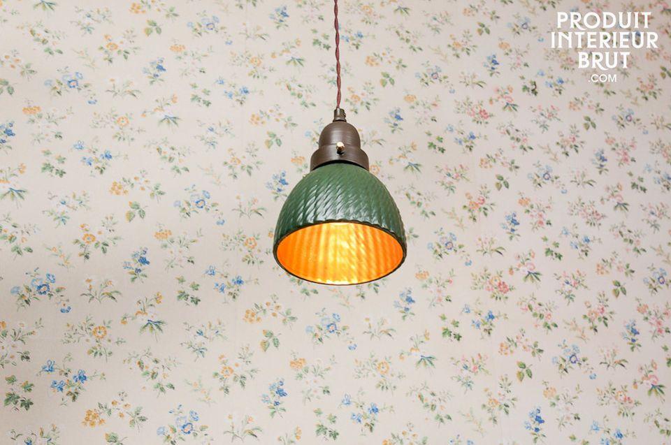 Una lámpara de techo con mucho carácter