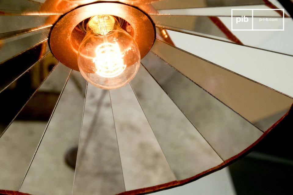 Una lámpara de techo muy luminosa, con espejos que reflejan un hermoso mosaico circular