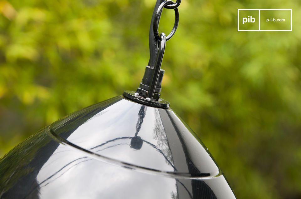 La lámpara negra colgante Këpsta está hecha de metal