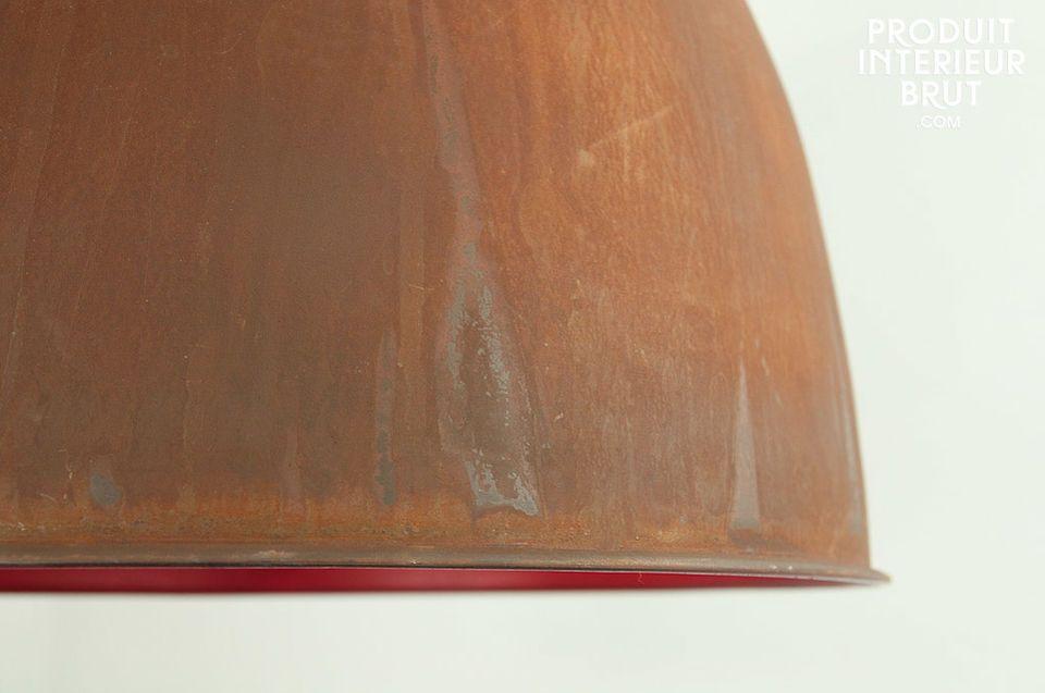 Una larga lámpara de techo con un hermoso color en su interior.