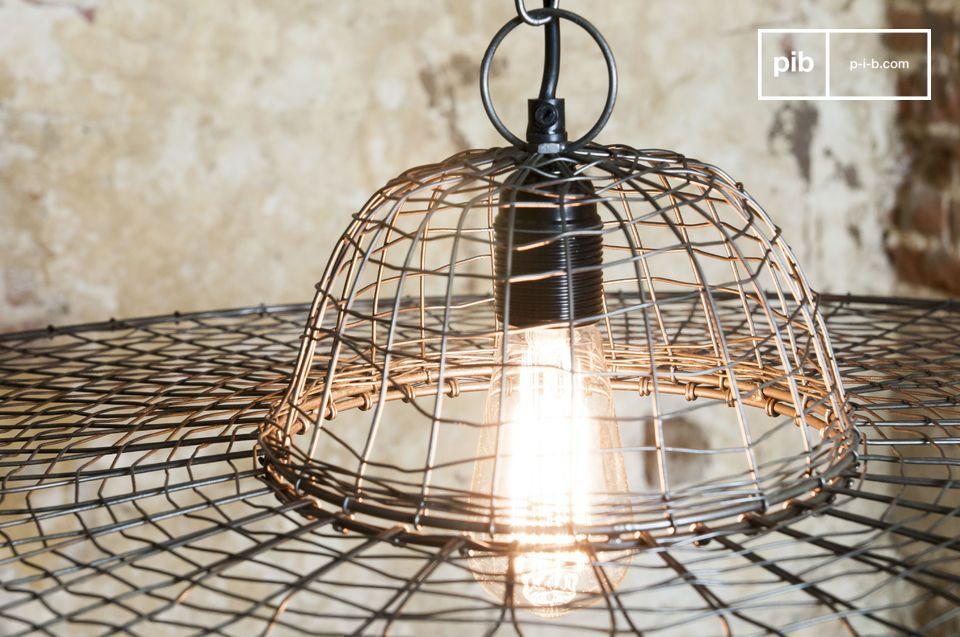 Una lámpara de metal trenzada para un resultado extravagante