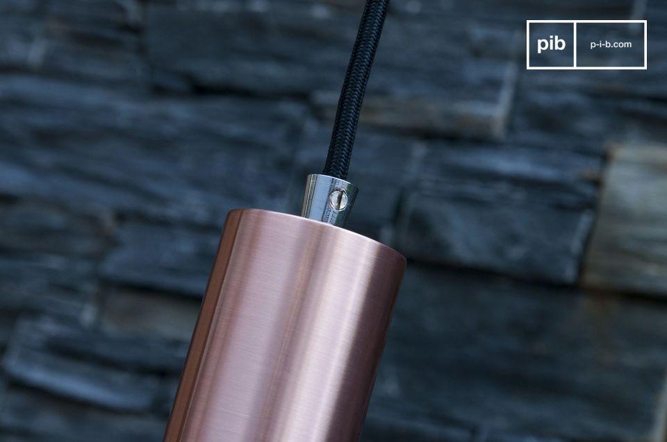 La lámpara está hecha totalmente de metal, el cual está cubierto con un hermoso color cobre