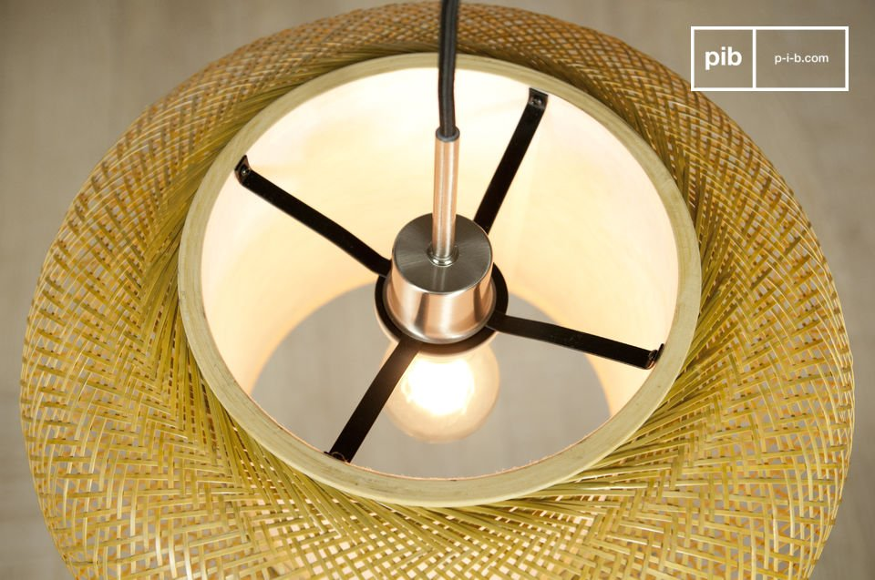 Esta elegante lámpara tiene un aire de ligereza creado por sus hilos de bambú finamente tejidos