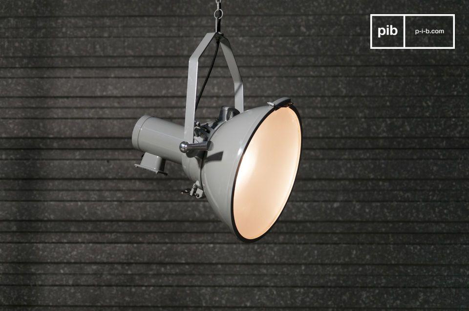 Una lámpara colgante tipo proyector con un toque del diseño loft