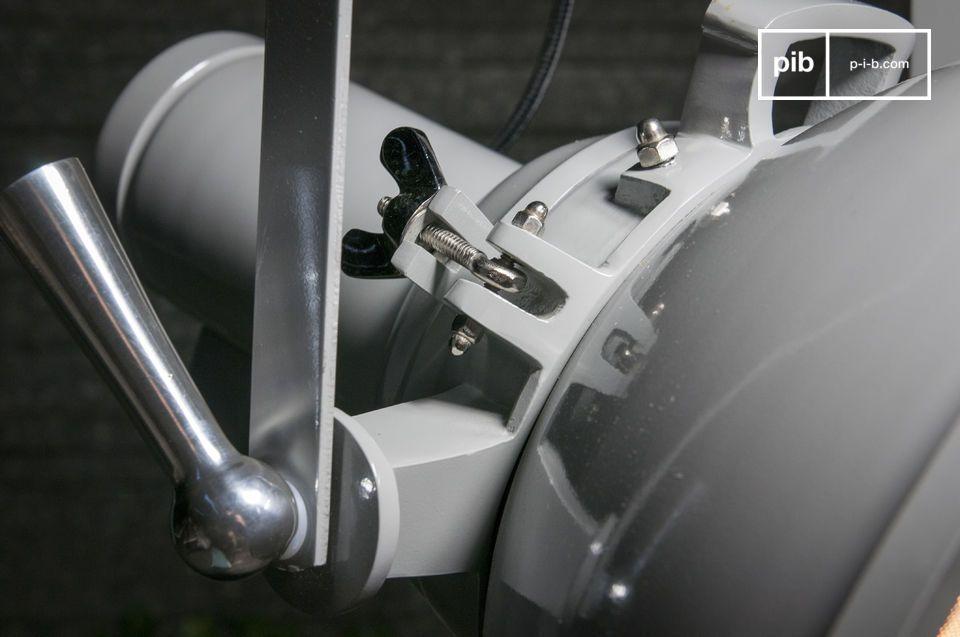 La lámpara colgante STALLY es un accesorio remaneciente de los grandes proyectores que se