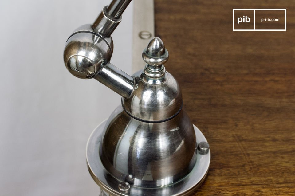 Lámpara articulada en latón con placa de plata