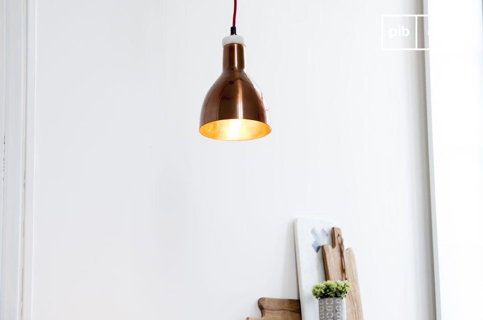 Una pequeña lámpara de suspensión que combina mármol y cobre
