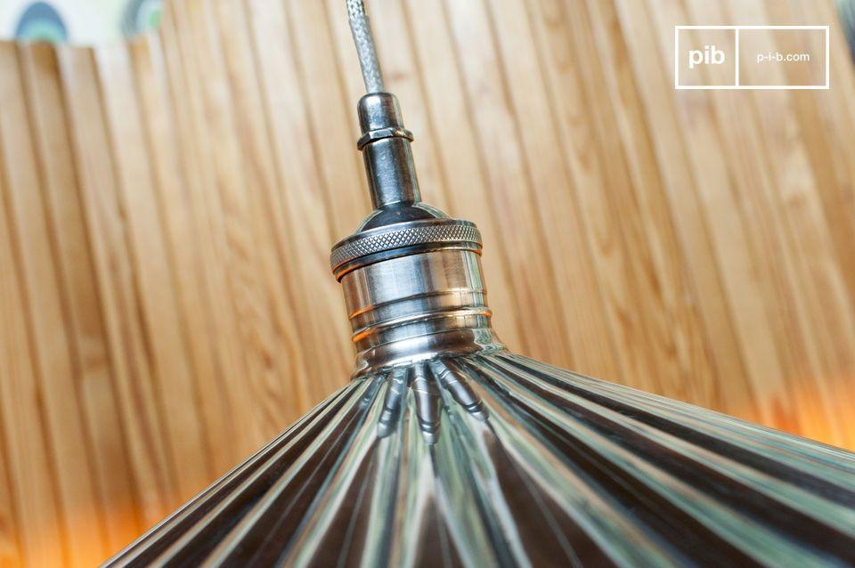 La lámpara colgante Charlotte está hecha de latón, con aleación de plata