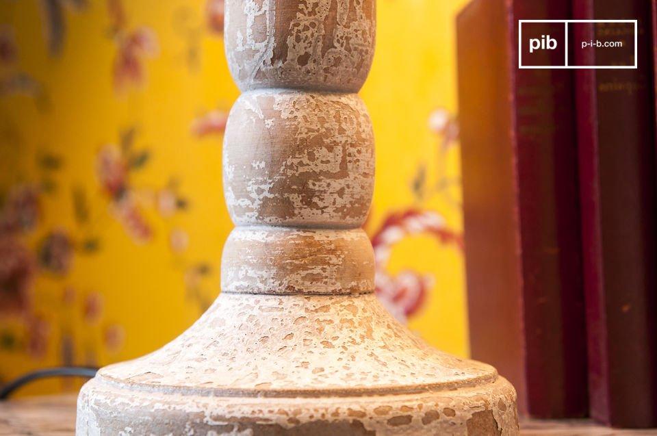 Lámpara de madera envejecida blanca, con todo el estilo de la decoración antigua elegante