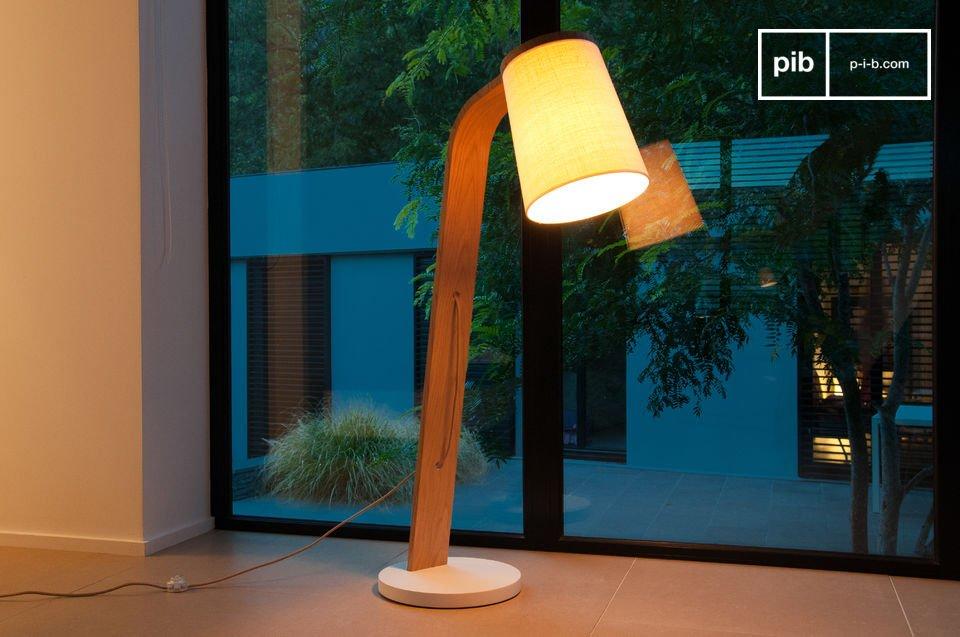 La simple belleza de una luz de madera maciza ligeramente curvada