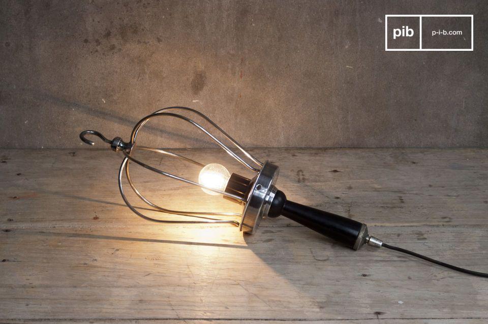 Cuelgue esta lámpara para darle un toque retro a su interior