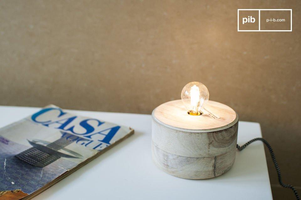 Una pequeña lámpara de madera y metal