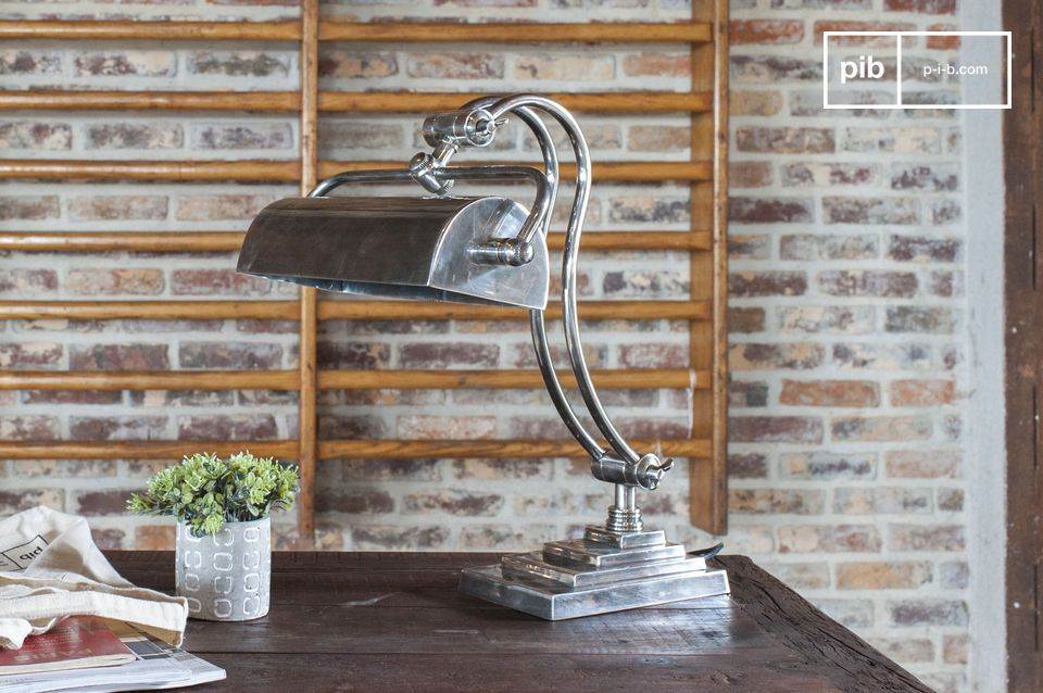 Una lámpara de escritorio ajustable en estilo industrial elegante