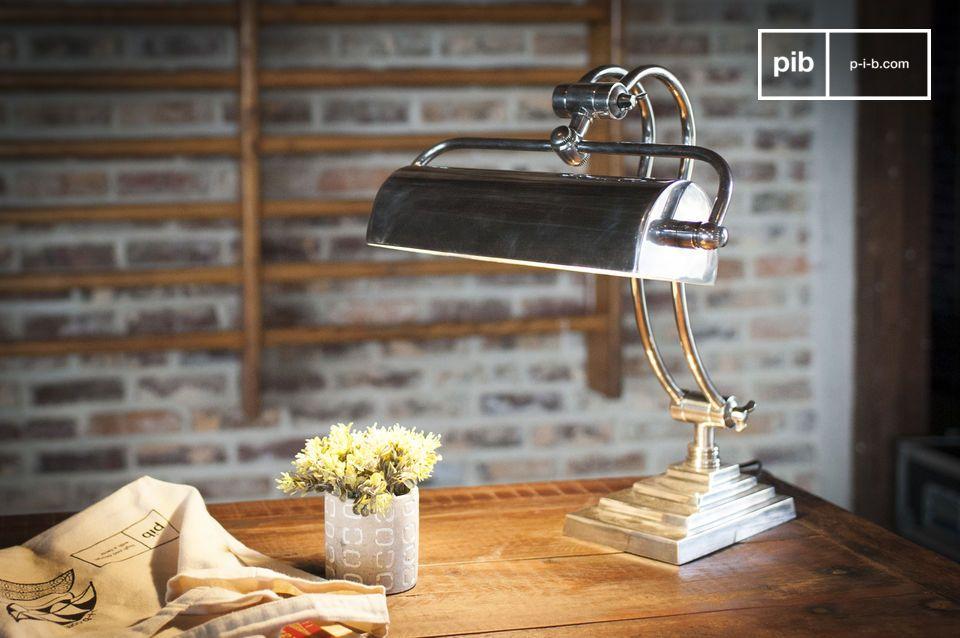 La lámpara de mesa Hedges combina latón con un acabado en plata barnizada para un estilo art deco