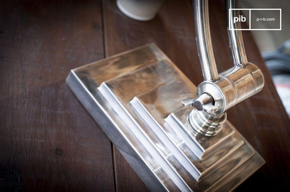 Las bellas dimensiones de la lámpara atraen irremediablemente la mirada