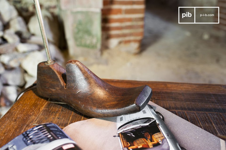 La lámpara de mesa Horma es una lámpara inusual con un estilo único llena del encanto vintage