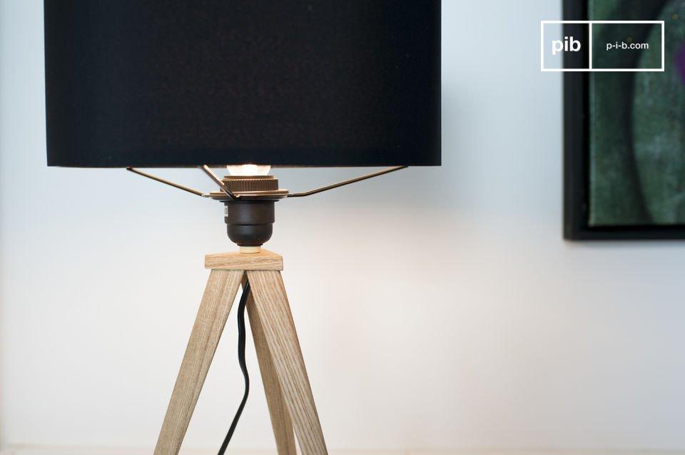 Una lámpara trípode con una elegante pantalla