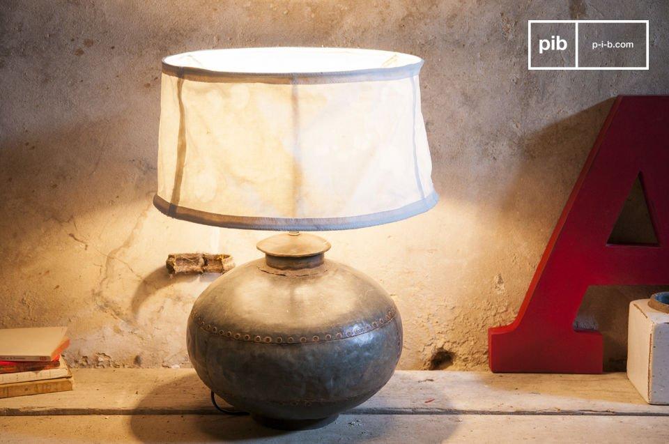 Una lámpara retro original hecha de una jarra antigua