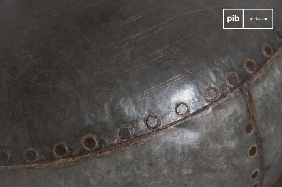 La lámpara de mesa Nesso es un diseño inusual de un viejo contenedor lo que la hace un objeto de