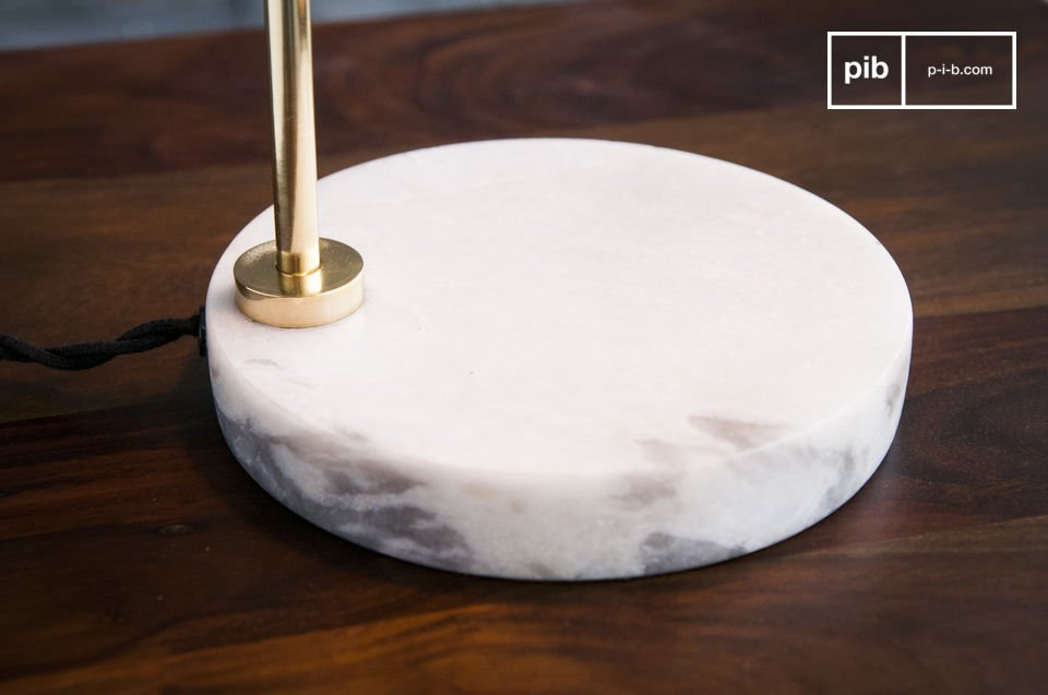 La lámpara de mesa Ora es un accesorio excepcional con un diseño clásico escandinavo
