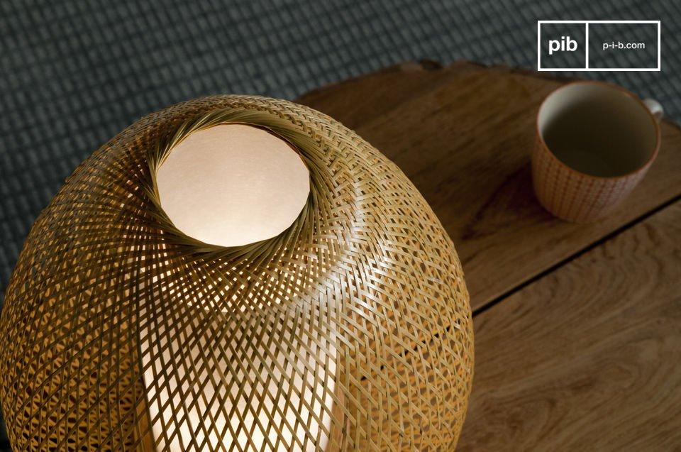 Disfrute del arte del bambú tejido que contribuye a la ligereza de esta moderna lámpara