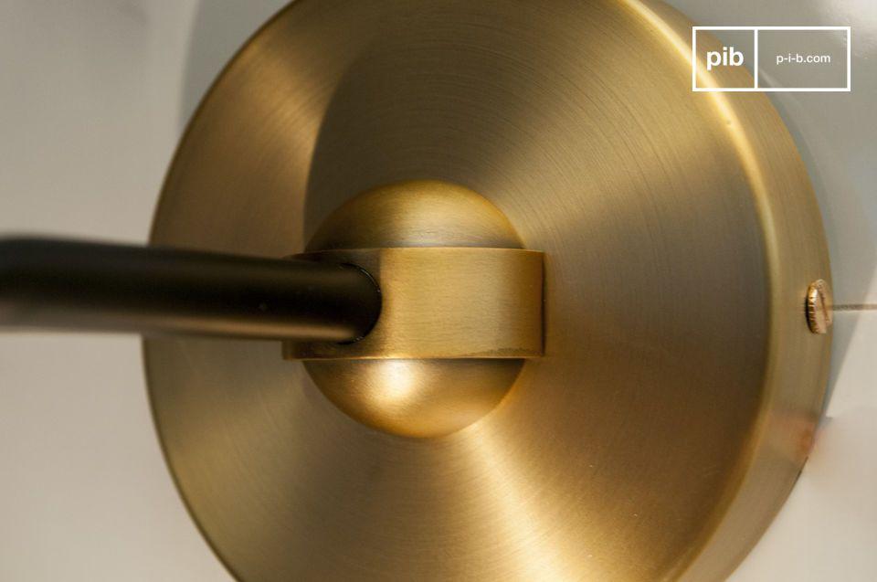 La pureza del vidrio y la elegancia del aluminio dorado se combinan para este aplique