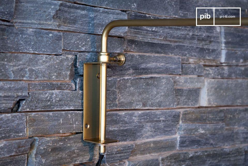 La lámpara de pared Janika se hace completamente de metal con un diseño nórdico de los 60