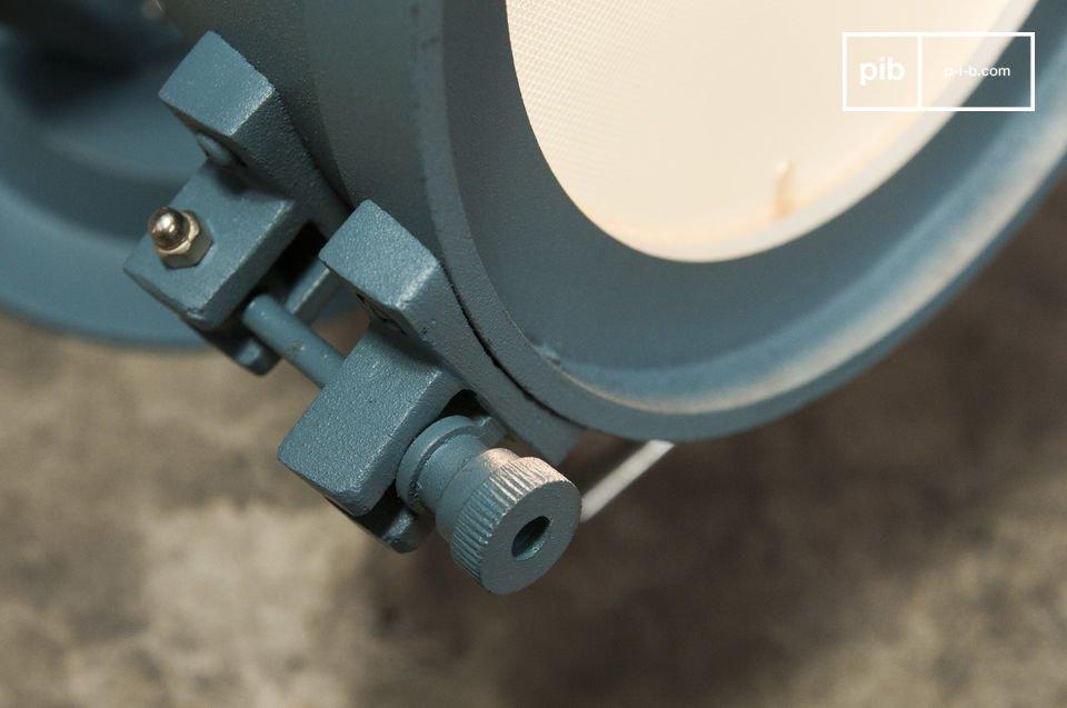 La lámpara de pared Spitzmüller es una combinación de acero y fundición de aluminio