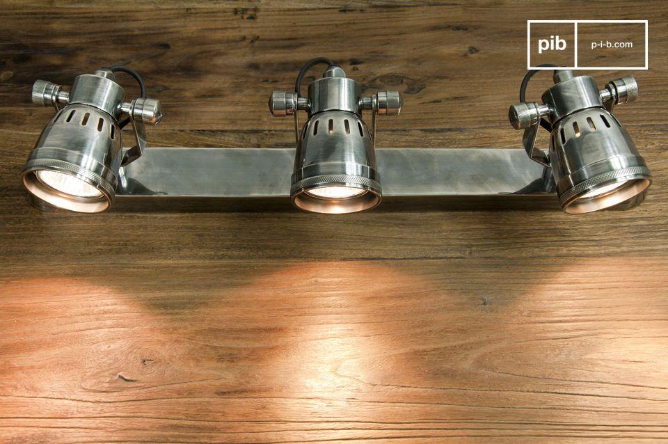 Hecha completamente de latón plateado, esta lámpara de pared triple tiene un estilo vintage propio