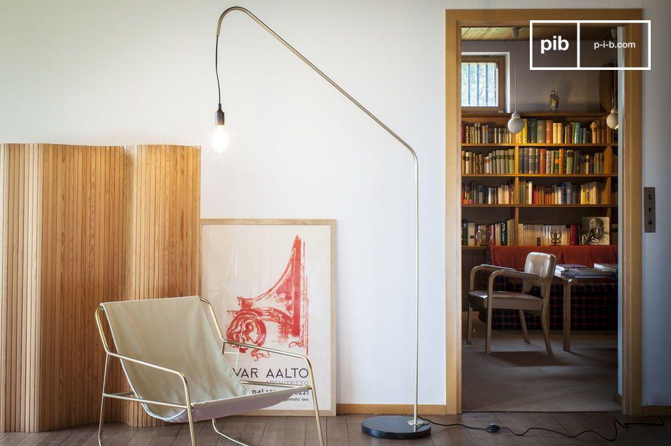 La elegancia vintage de una lámpara de pie gráfica que combina mármol y latón