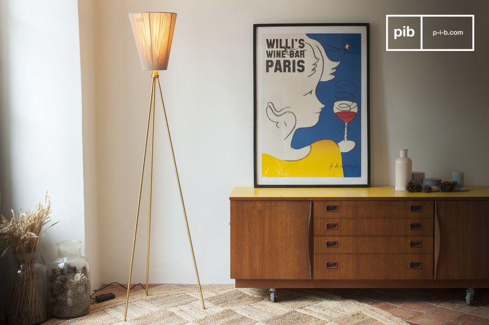 El diseñador noruego Ove Rogne diseñó la lámpara de pie  trípode Oslo Wood como un modelo