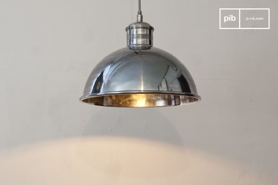 Esta lámpara de suspensión de latón plateado tiene un acabado de alta calidad y un cable de