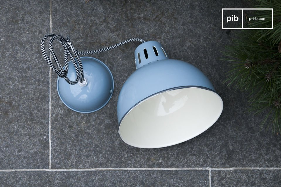 El acabado bonito de color azul en el SNÖL suspensión hará que brille su techo y traerá un color