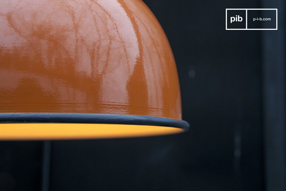 El acabado bonito de color naranja en el SNÖL suspensión hará que brille su techo y traerá un