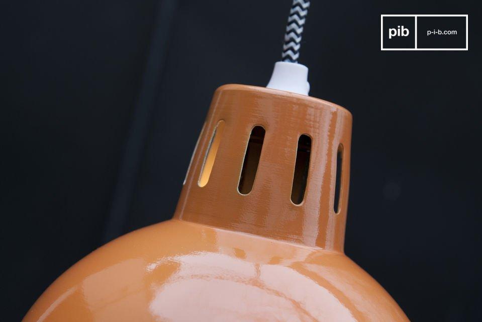 Observe que el cable eléctrico está rodeado de estampados trenzados en zigzag blanco y negro