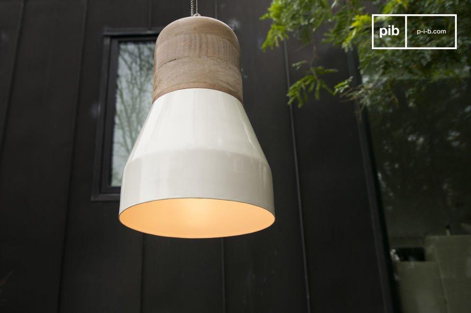 Con su madera clara y diseño redondo, esta lámpara le dará un toque escandinavo a su decoración