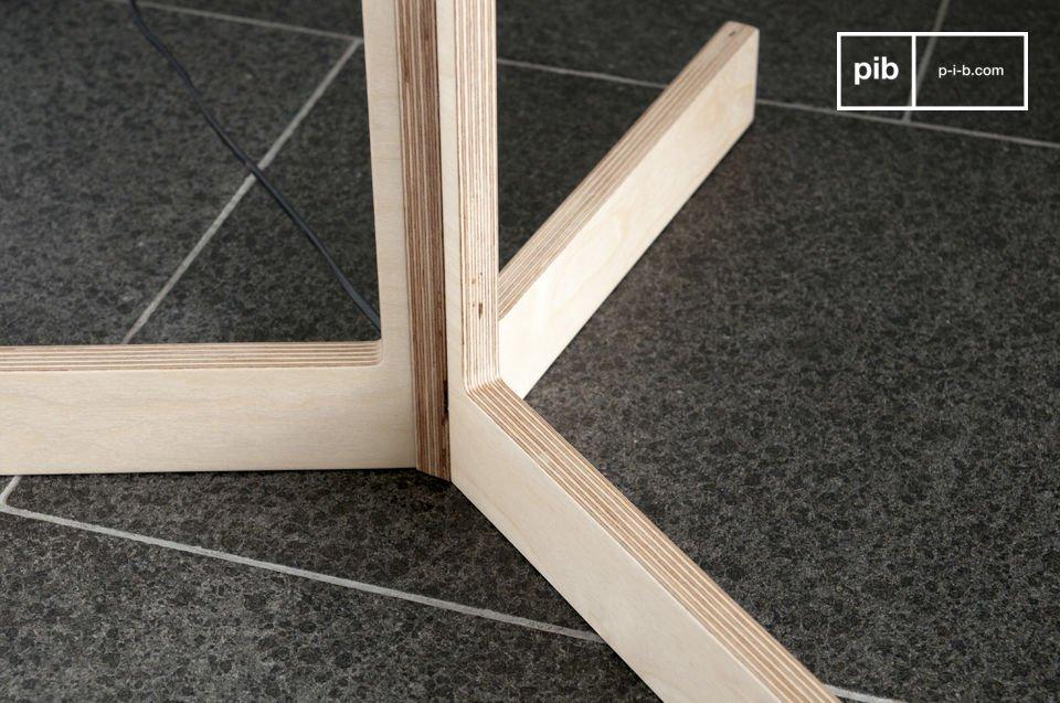 La lámpara estándar Bárbara se compone de una estructura de madera clara y una pantalla gris