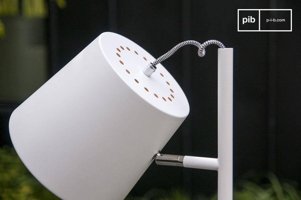 Disfrute de la pantalla color blanco típico de la lámpara estándar Nórdica Elküb