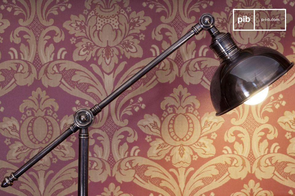 Una hermosa lámpara de lectura, con un impecable acabado plateado