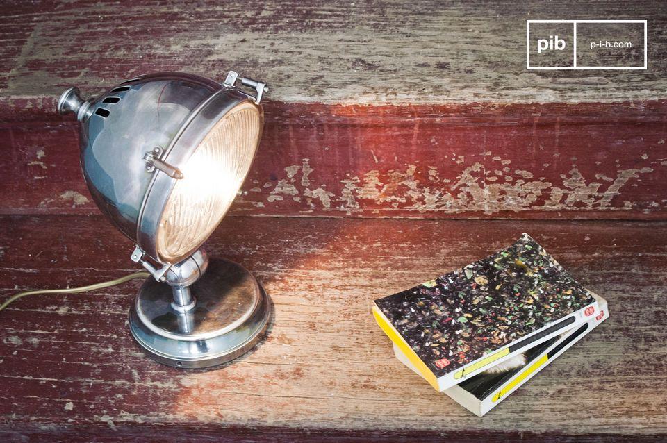 Esta lámpara de latón plateado pulido puede ser utilizada como una lámpara de mesa