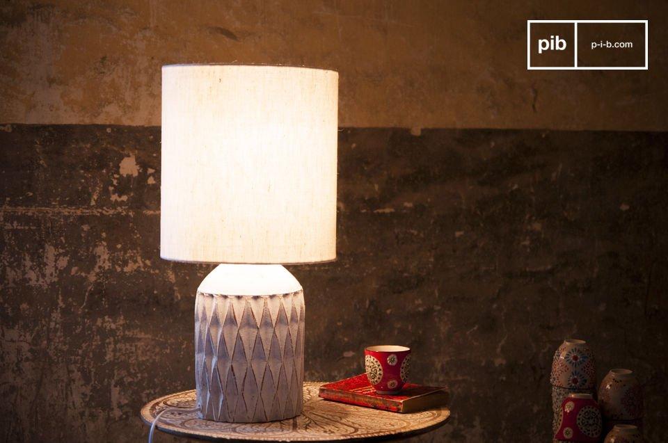 La lámpara Romeo tiene un acabado patinado blanco y está hecho de terracota