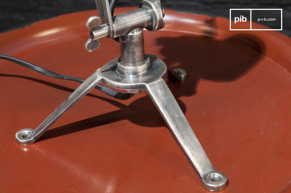 Con su estructura redonda esta lámpara está diseñada con un estilo industrial vintage