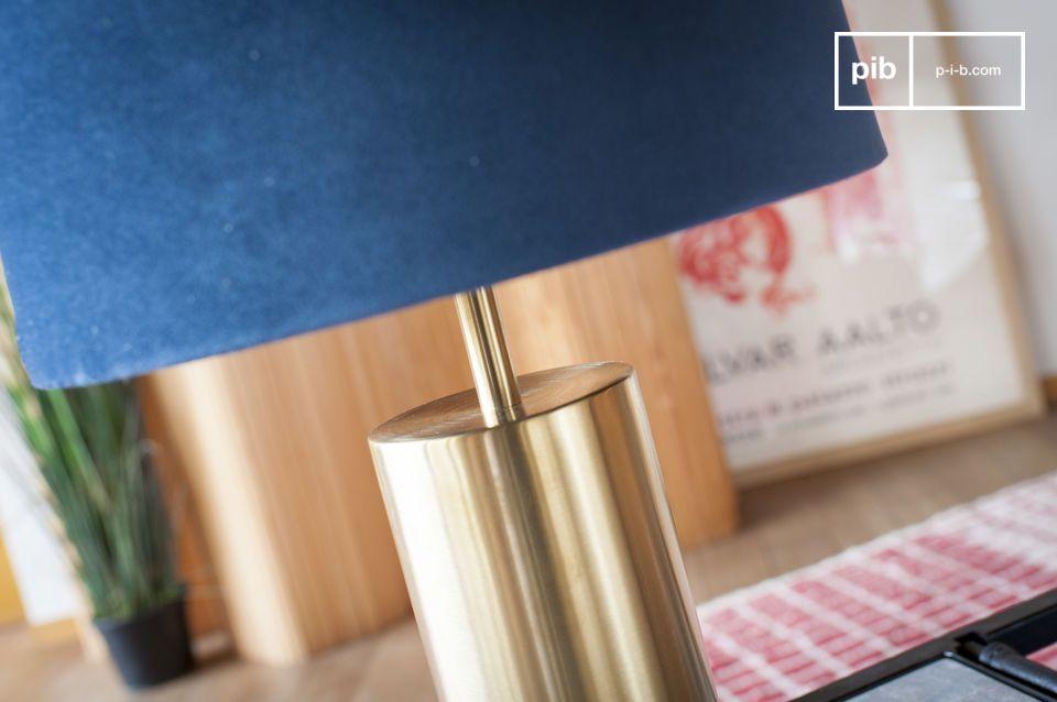 El matrimonio perfecto de terciopelo azul y latón para una lámpara de diseño