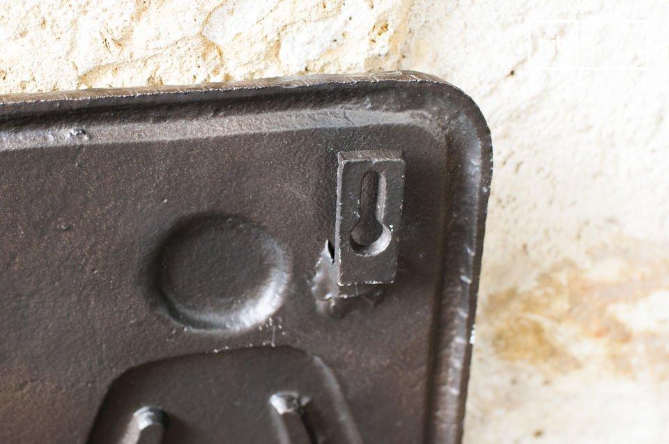 Este signo WC está hecho de bronce y es perfecto para instalar en lugares públicos