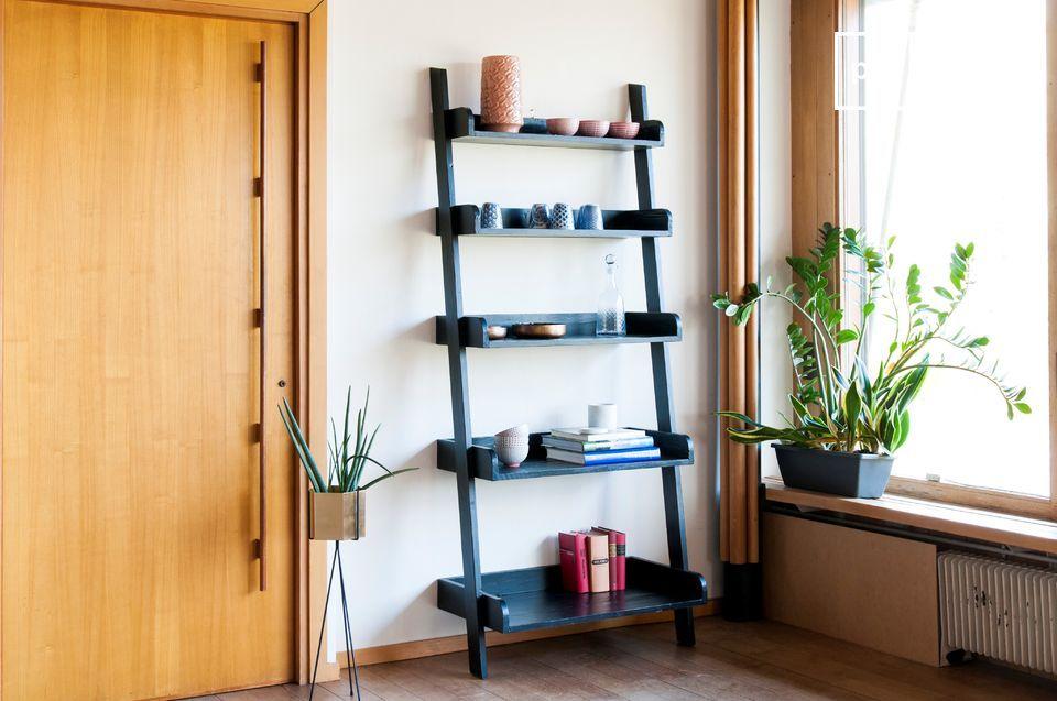 Librería de madera negra a gran escala