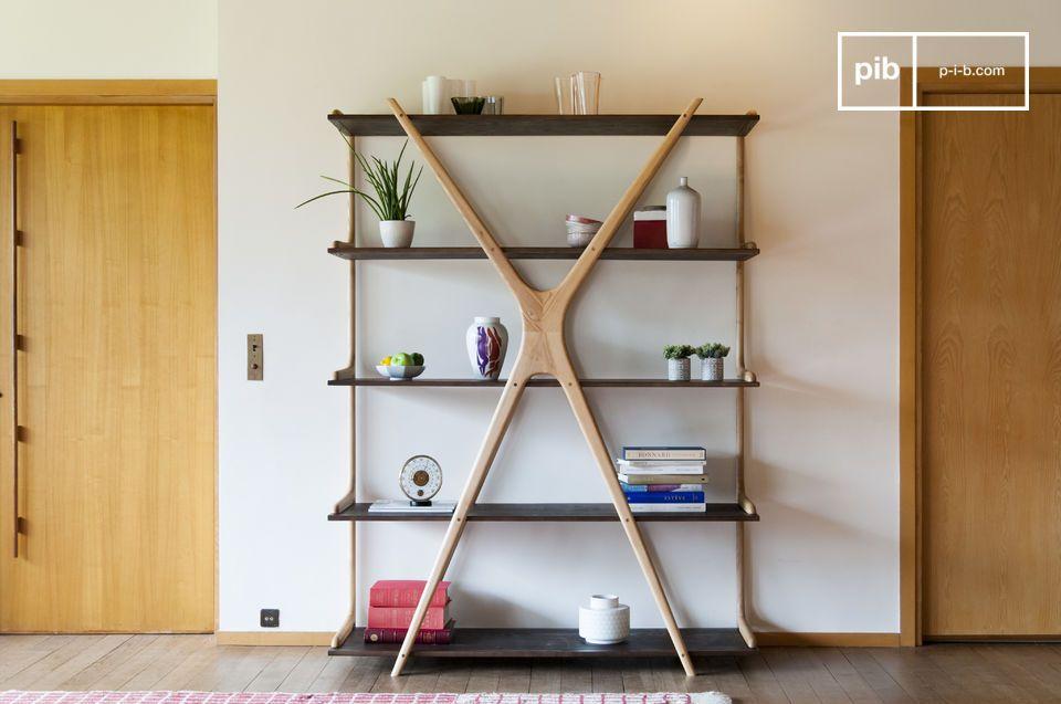 La originalidad de una gran estantería de madera con tapas suspendidas