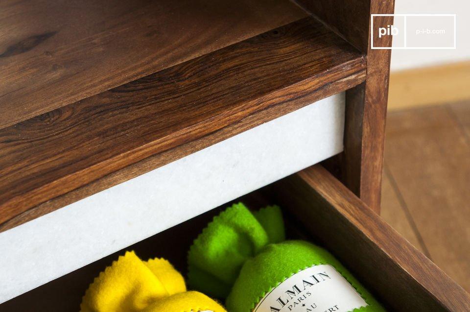 Con una combinación de base metálica y un toque de mármol blanco que contrasta con la madera