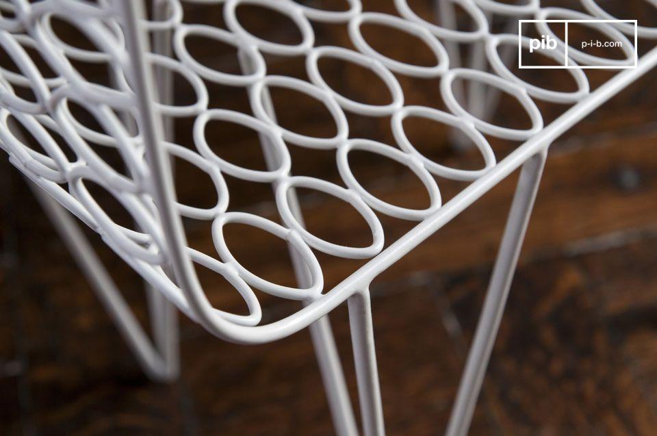 La mesa Andover es un mueble de diseño que se destaca por la ligereza de su estructura y las